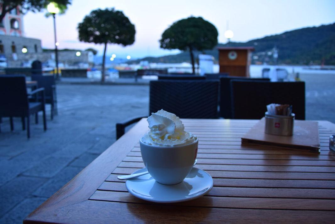 Café avec plein de crème chantilly avec vue sur le port de Porto Venere