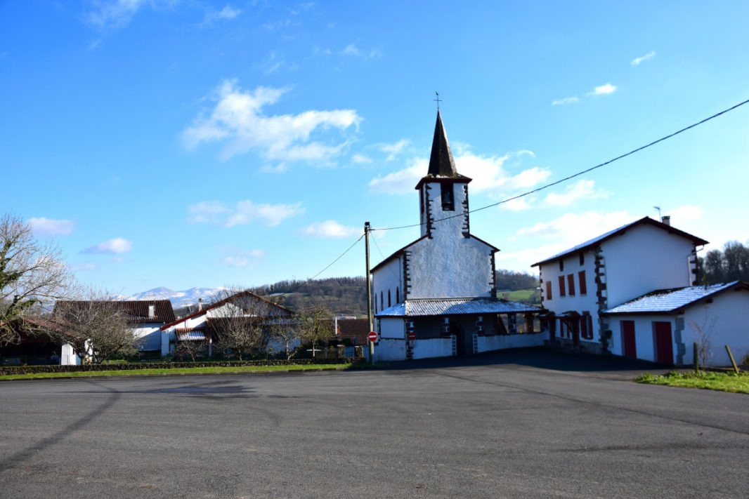 L'église de Lasse et les Pyrénées enneigées